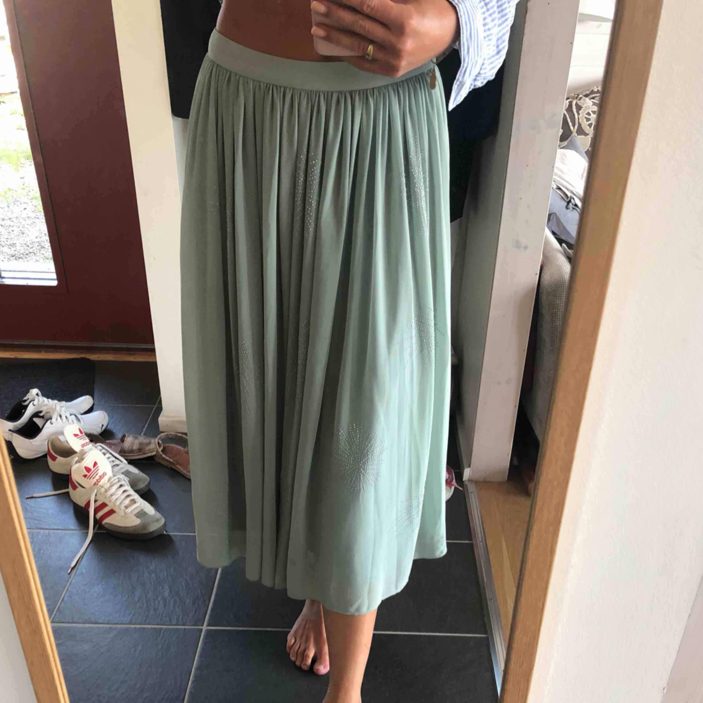 Superfin, oanvänd kjol från Tiger of Sweden. Plisserad i mintgrön. Det är stl 34 men den är väldigt stor i storleken. . Kjolar.