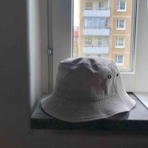 Ljus grå aktig bucket hat som inte används (frakt inkluderat) OBS!!! ROSA FLÄCKEN ÄR PGA BILDEN