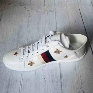 Helt nya Gucci sneakers. Var en present och är inte min stil, därför jag säljer dem. Nypris 6295kr. Testat dem en gång och har kvitton och box kvar, allt i nyskick