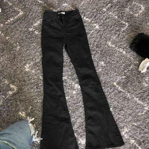 Svarta högmidjade bootcut jeans, använda fåtal gånger så de är som nyskick. Säljes pga inte min stil längre 🥰 fraktpris inräknat i priset, fraktar bara.