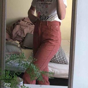 Världens finaste manchester byxor 🥺🥺 säljes pga för korta för mig som är 175. Från stradivarius köpta i Spanien, mom fit. Fraktar bara, priset har inräknat frakten 🥰🥰🥰