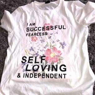 T shirt med fint tryck. Fri frakt