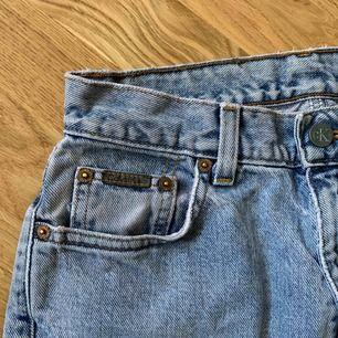 Calvin Klein jeans i storlek 6/S,  Hittade dessa hos min mormor så antar att de är mina bröders gamla byxor därför kan de vara från 90-talet,  🐞Frakt 74kr🐞