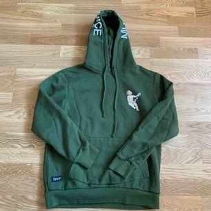 Ripndip olivgrön hoodie,  Köpt för 800 kr ungefär ett år sedan, säljer så billigt pga att packprinten har gått bort lite i tvätten, ⭐️Frakt 74kr🌟