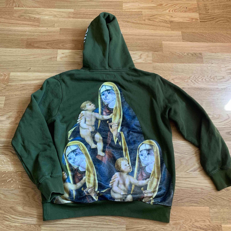 Ripndip olivgrön hoodie,  Köpt för 800 kr ungefär ett år sedan, säljer så billigt pga att packprinten har gått bort lite i tvätten, ⭐️Frakt 74kr🌟. Huvtröjor & Träningströjor.