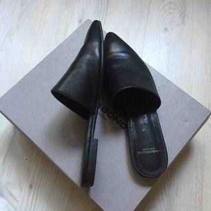 Svarta vagabond slippers inköpta och använda förra sommaren. Köpta för 800 och säljer nu för 200 🌟☀️