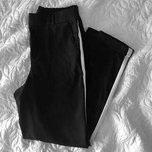 Jätte fina byxor med vita revärer🥰 tyvär för små för mig😥 Frakt tillkommer