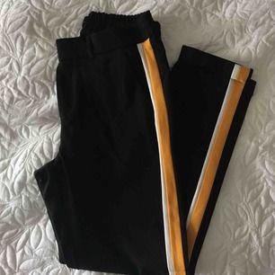 Jättefina byxor med gula och bita revärer🥰 tyvär gör små för mig😥 frakt tillkommer