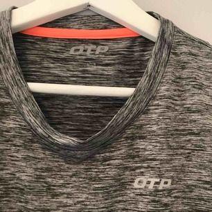 grå träningströja från OTP i väldigt bra skick, +frakt, fraktar men köparen får stå för fraktkostnaden, hör gärna av er om ni har frågor🖤
