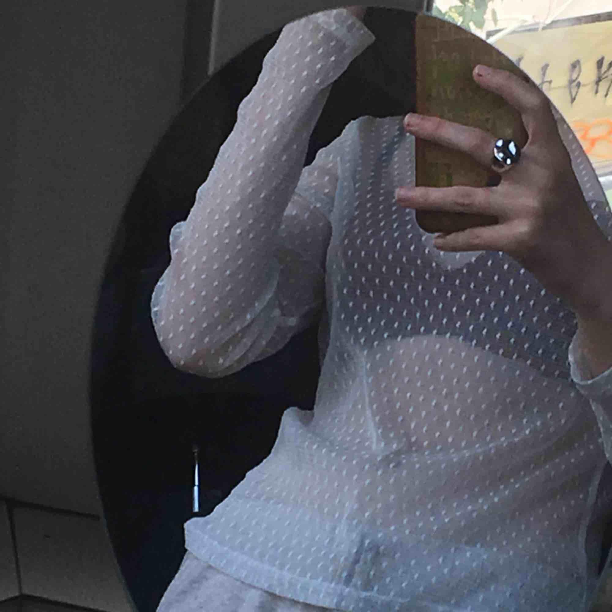 Fin vitprickig mesh tröja, tyvärr lite stor för mig, fint skick och använd 2-3 gånger😊 köpare står för frakt!. Toppar.