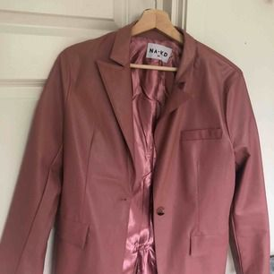 En rosa läderjacka från NAKD! Aldrig använd! I väldigt fint skick! Kontakta gärna mig vid eventuella frågor!