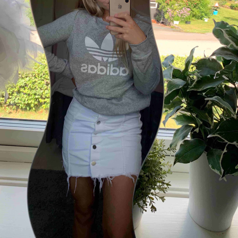 Snygg tjocktröja från Adidas. Väldigt bra skick, knappt använd!❣️. Tröjor & Koftor.