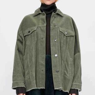 Söker denna jacka i storlek S eller M! Hör av er om ni säljer:)