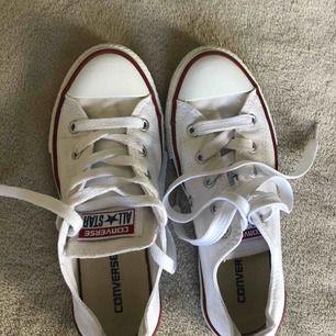 Passar både de som har storlek 34 och 35. Använda ett få tal gånger, tvättade och vita som nya.
