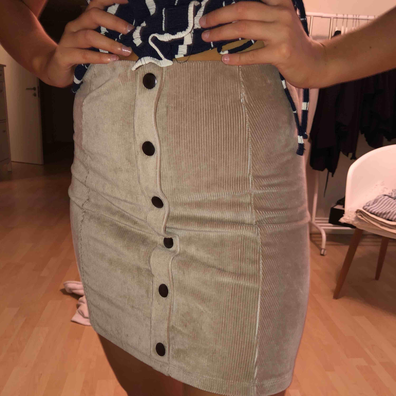 Beige kjol från h&m i stretchigt material. Passar XS/S/M.  Endast testad.  100kr INKL frakt! . Kjolar.
