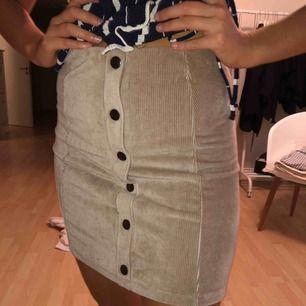 Beige kjol från h&m i stretchigt material. Passar XS/S/M.  Endast testad.  100kr INKL frakt!