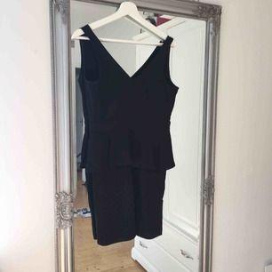 SÅ snygg klänning med mycket stretch så väldigt skön, tyvärr lite för tight för mig.  Frakt tillkommer🌸