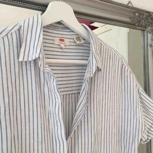 SÅ fin skjorta från levis som är köpt här på Plick men aldrig använd då den är lite för tight i armarna😢 Frakt tillkommer🌸