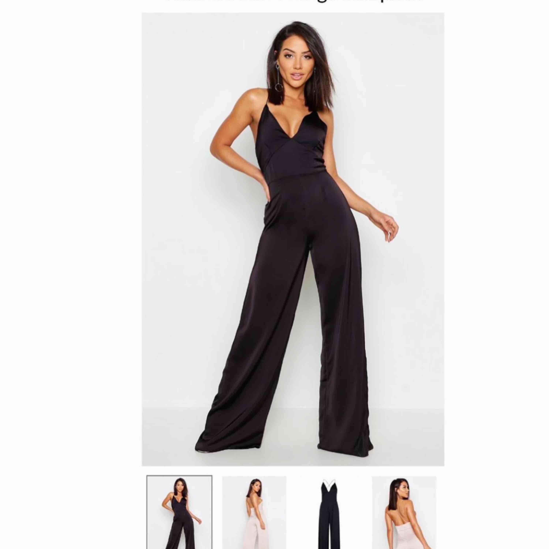 Svart jumpsuit från Bohoo (endast testad). Köpt i storlek 36 men jag skulle säga att den egentligen är en 38. Orginalpris 355 kr, mitt pris 150kr + frakt.. Klänningar.
