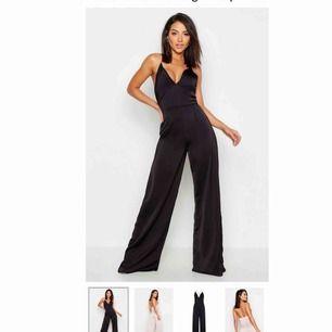 Svart jumpsuit från Bohoo (endast testad). Köpt i storlek 36 men jag skulle säga att den egentligen är en 38. Orginalpris 355 kr, mitt pris 150kr + frakt.