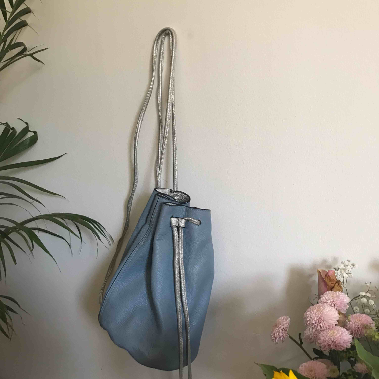 Väska i blått läder & other stories Läder imitation med silver detaljer! Super söt. Väskor.