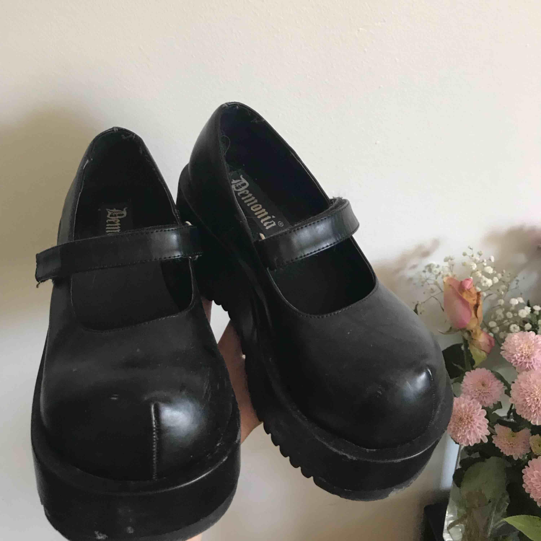 Världens finaste skor som tyvärr är för små. Storlek - 36/5 -37 + Frakt 115kr . Skor.