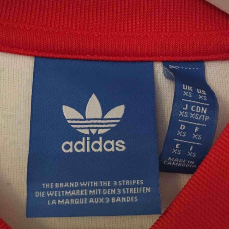 Size: XS, passar dock S och M beroende på hur man vill ha passformen.  Använd fåtal gånger😊😊. Tröjor & Koftor.