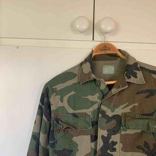 Oversized militärjacka, perfekt nu till sommaren och att använda sen som vårjacka. Bra skick! Köpt på en outlet