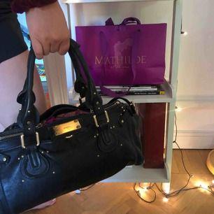 Handväska från Chloé i modellen Paddington black. Köptes i Frankrike sommaren 2016, därav några små slitningar på handtagen, men väskan är förövrigt i bra skick. Den köptes för 4999kr och mitt pris är 2450 men det går att diskutera!