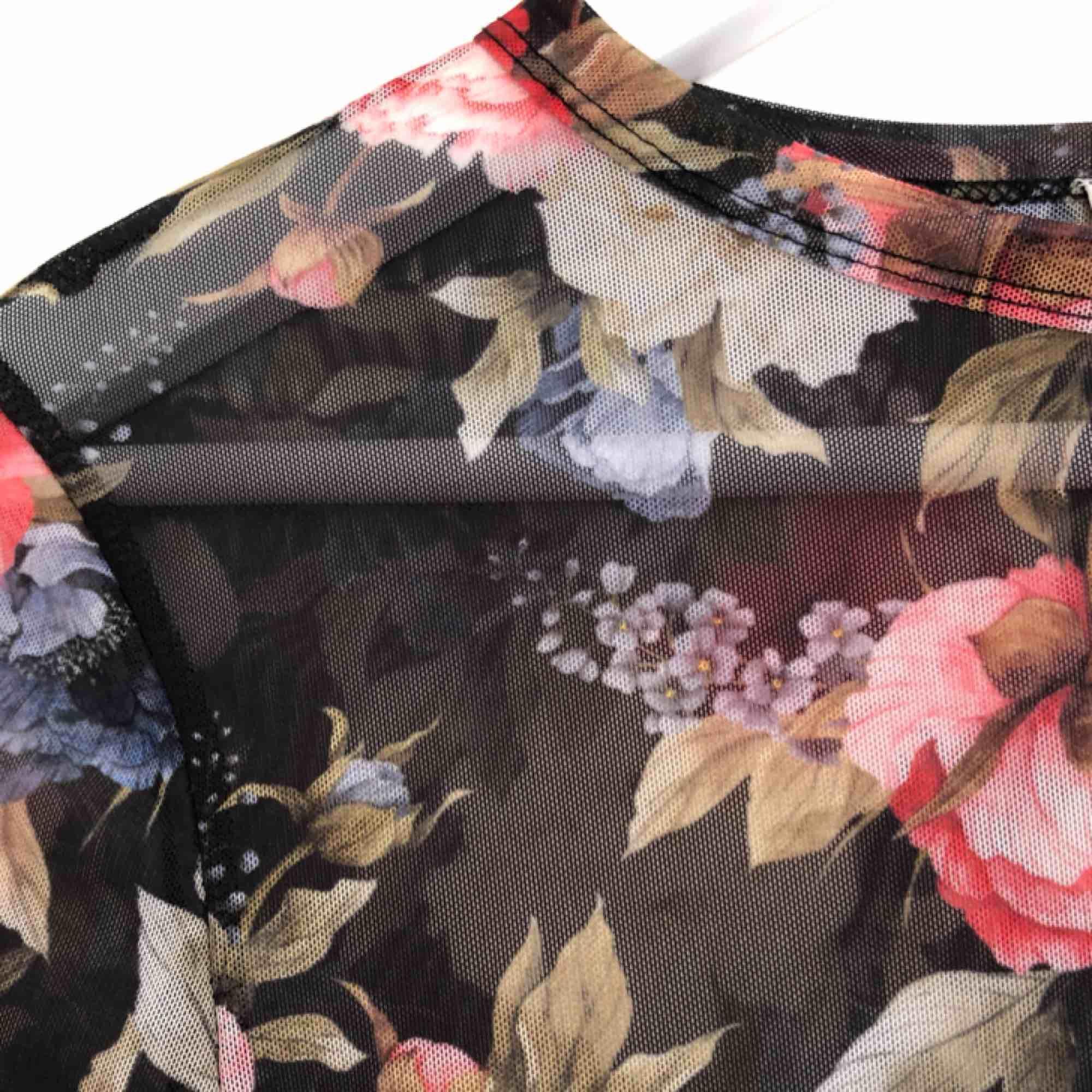 Så fin mesh-tröja fråga Gina som knappt är använd. Den ör i mycket gott skick och är så fin med en söt bh under eller en T-shirt över!. Toppar.