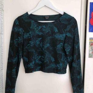 Coolaste tröjan! Det gröna är sammet och skimrar!!! Det är liite längre än en magtröja så den slutar ungefär precis dör byxorna börjar. Perfekt på fest.