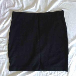 frakt inkluderat i priset❕  jätteskön och snygg pennkjol använd en eller två gånger från Åhléns. står M/40/42 i kjolen, skulle säga att den passar en M/L eftersom den är så stretchig. slutar ungefär i mitten av låret om man har den ovanför naveln🌸