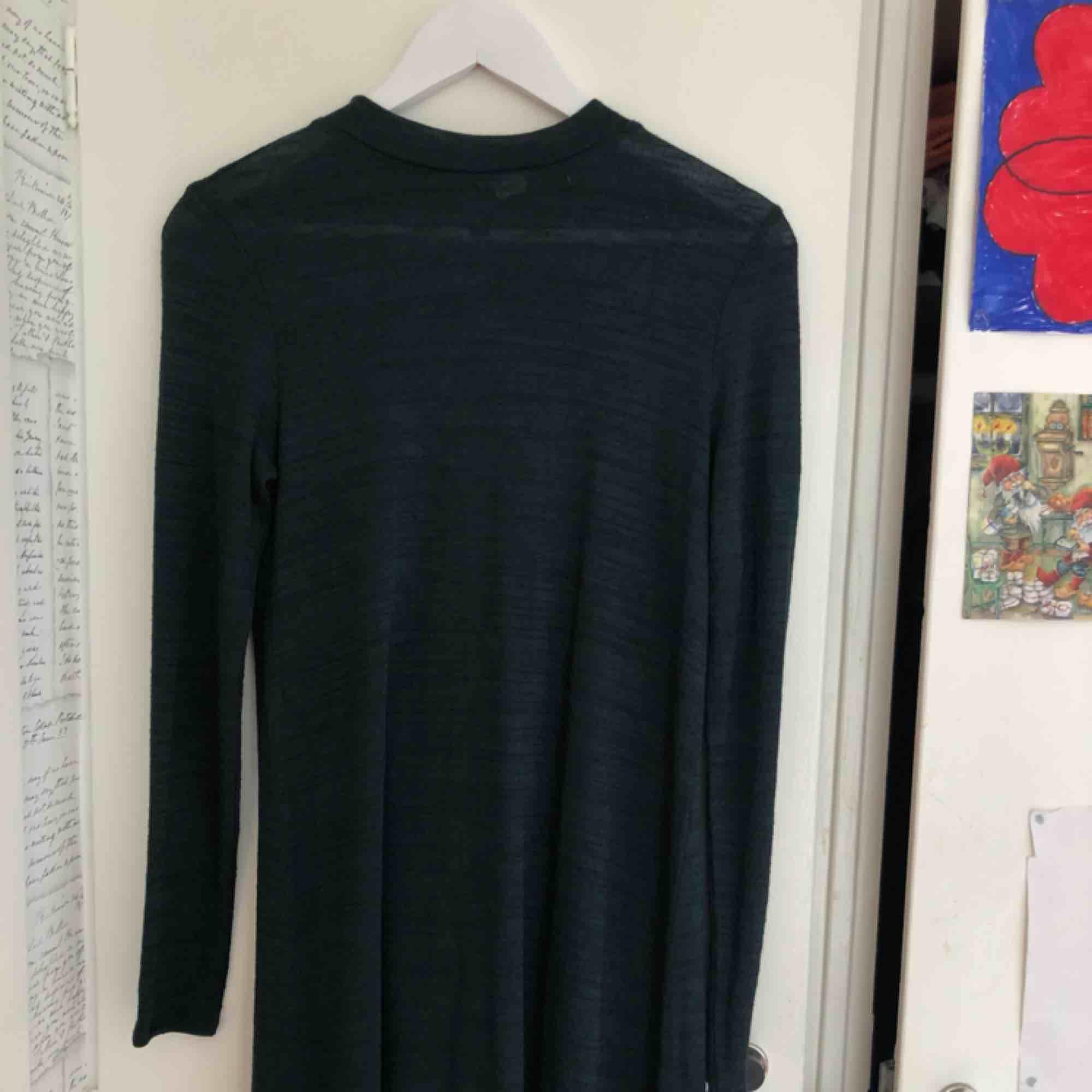 Mörkgrön långärmad klänning med halvpolo. Väldigt mjuk och stretchig:). Klänningar.