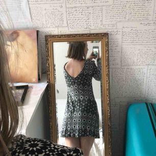 Klänning med coola mönster och lite öppen rygg. Den är i bomull så den är mjuk och skön. Man kan även vända på den så att den blir djupt v-ringad om man känner sig fiesty