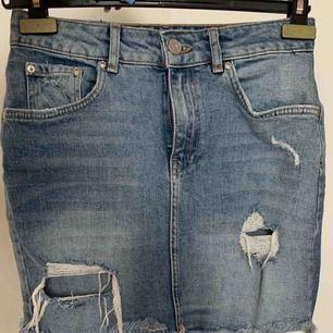 Superfin jeanskjol med slitningar. Följer formerna. Jättefint skick! Möts i Stadshagen, har även möjlighet att skicka med står ej för fraktkostnaden (72 kr)