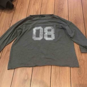 En grå tröja i gott skick, ifrån Abercrombie & Fitch.