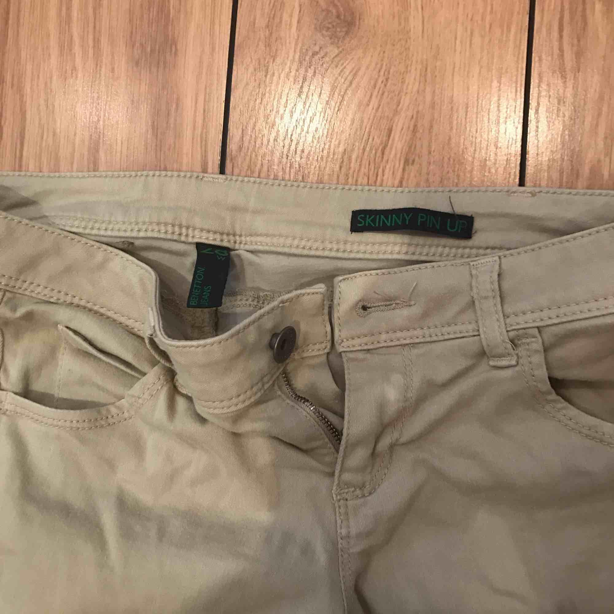 Ett par beige skinny pin up jeans från Benetton i gott skick. . Jeans & Byxor.