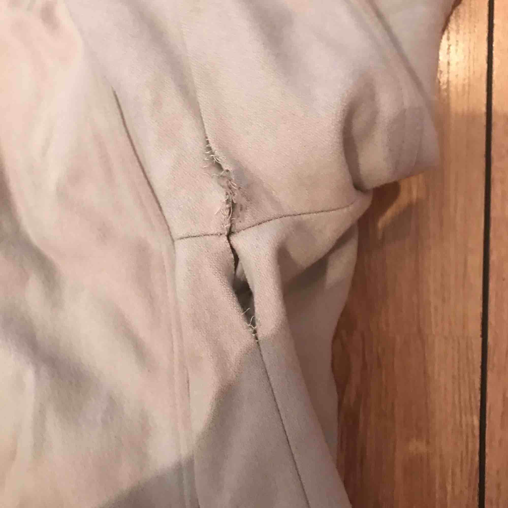En grå kappa med många fina silver detaljer. Finns ett hål in till innerfodret under ena armhålan, men det går att sy igen. . Jackor.