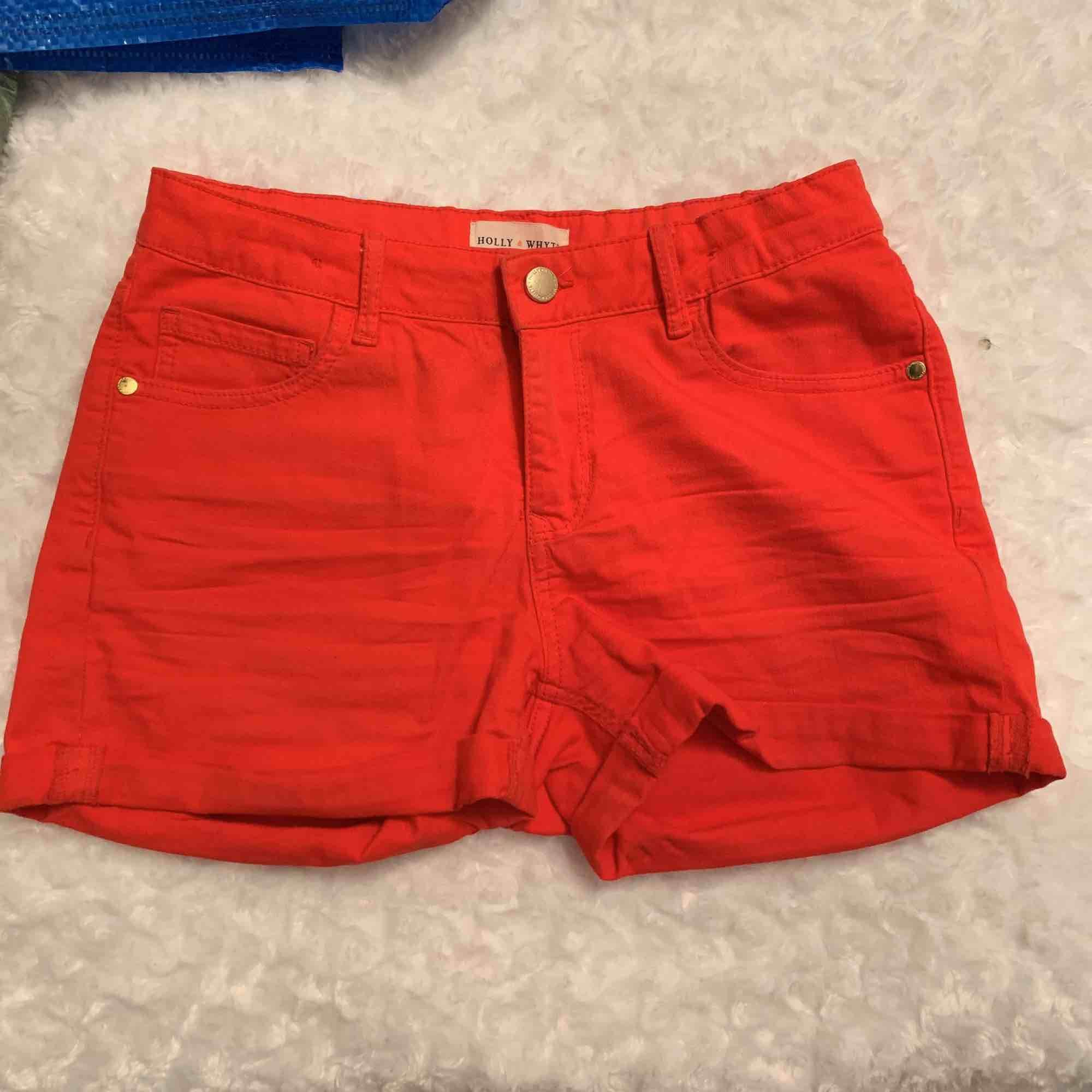 Ett par röda shorts från Holly and white med en guld knapp. Använda 1 gång, original pris 150. Bar skick inga hil eller slitningar utan precis som ny köpta. Shorts.