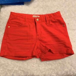 Ett par röda shorts från Holly and white med en guld knapp. Använda 1 gång, original pris 150. Bar skick inga hil eller slitningar utan precis som ny köpta