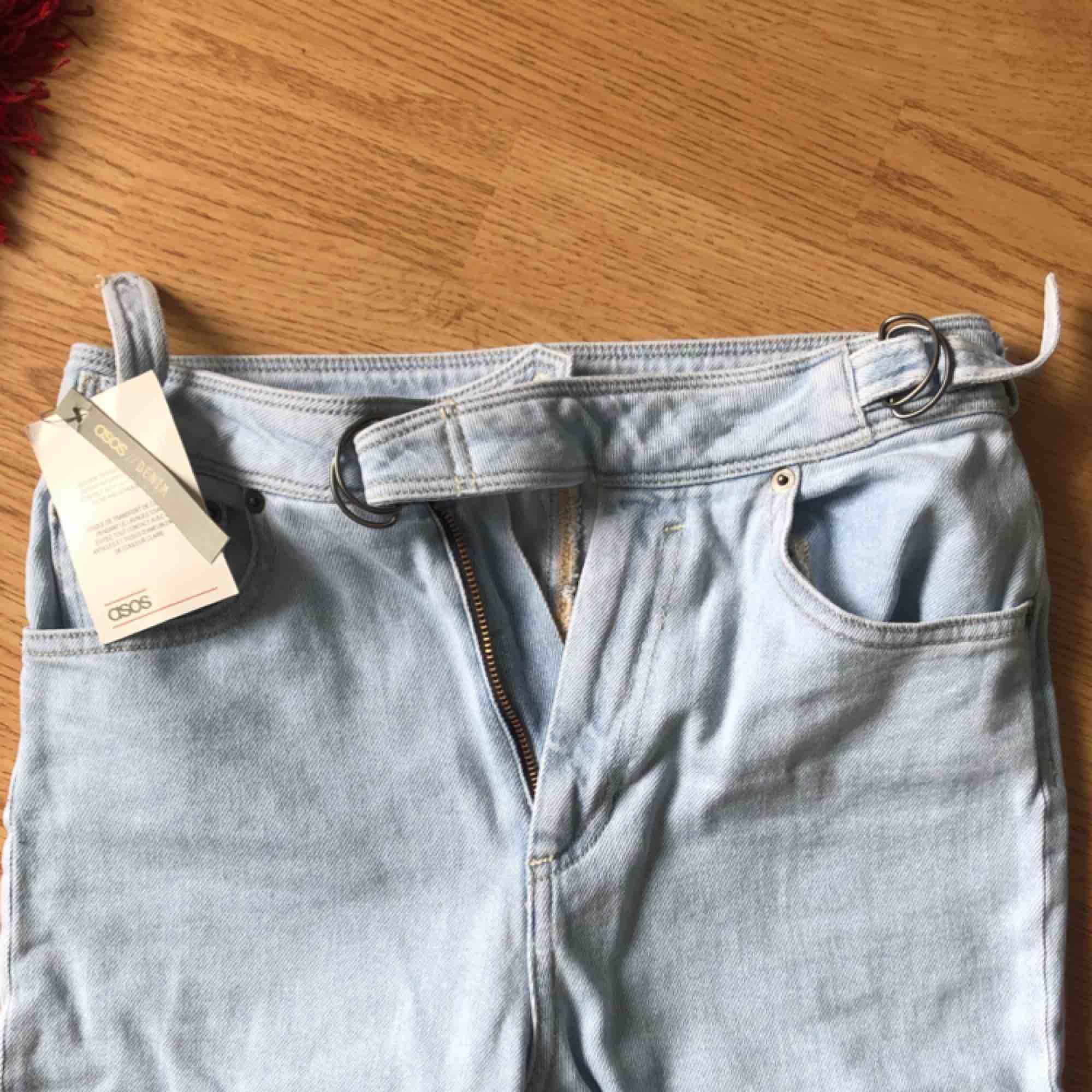 Sten tvättade savannah-stil jeans i mom-modell från asos. Dom har hög midja, smal passform och är super-stretch! Så dom sitter bra! Älskar knäppningen på dom. Aldrig använda så de är i bra skick. Orginalpris: 166kr.. Jeans & Byxor.