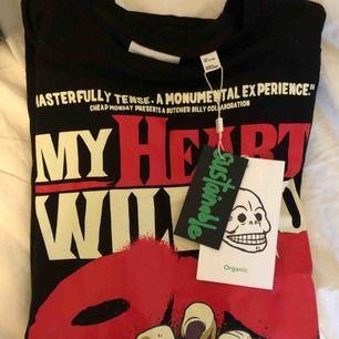 T-shirt från Cheap Monday. Helt oanvänd med lapp kvar! Storlek S men stor i storleken!