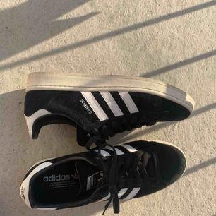 Adidas campus svarta i storlek 44.  OBS. Köparen betalar frakt