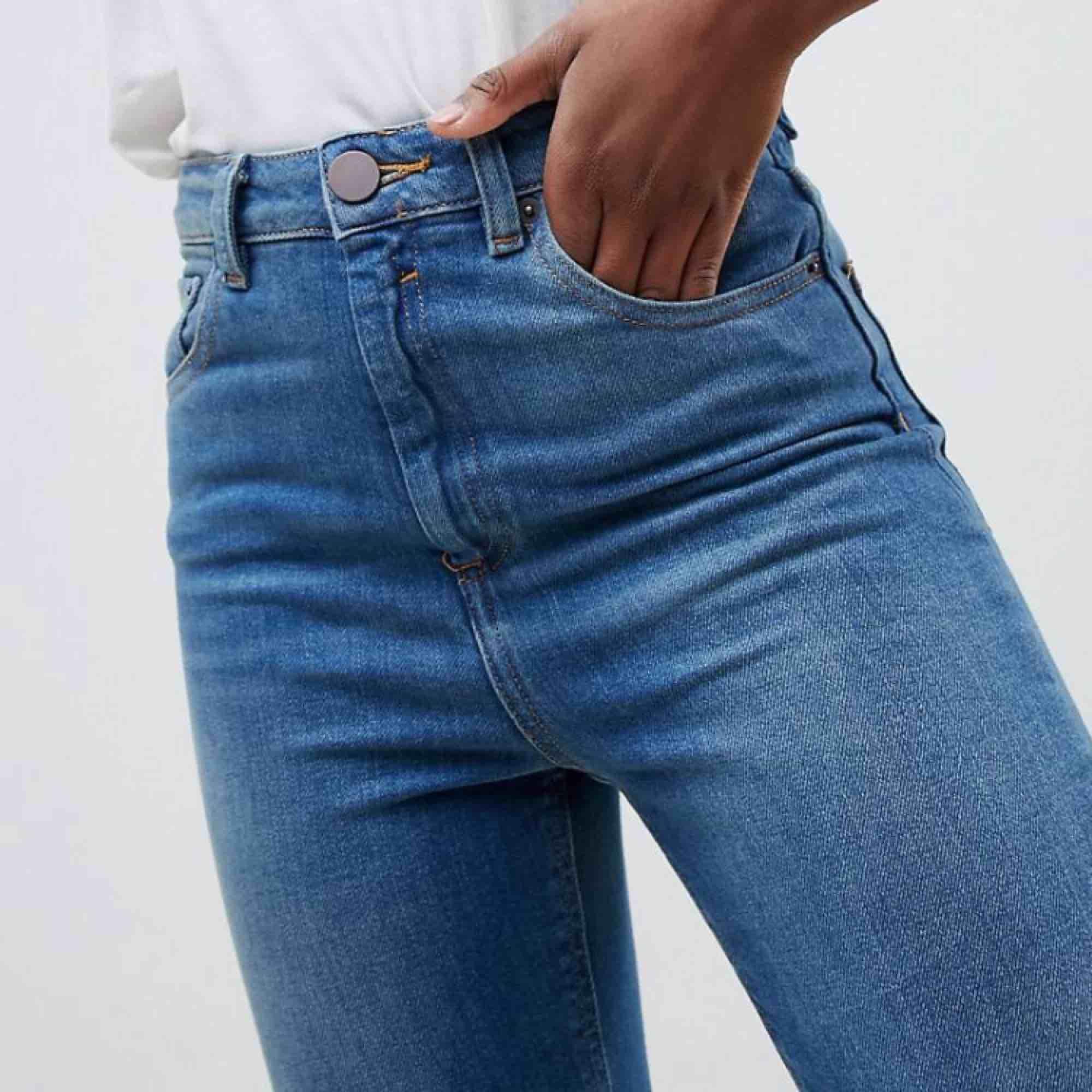 Blå skinny momjeans från asos! Super-stretch och hög midja. Riktigt snygg färg, aldrig använda. Orginalpris: 258kr. Jeans & Byxor.