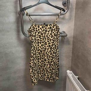 Klänning från H&M storlek 34 säljer på grund av att den är för stor för mig men den är hur snygg som helst.