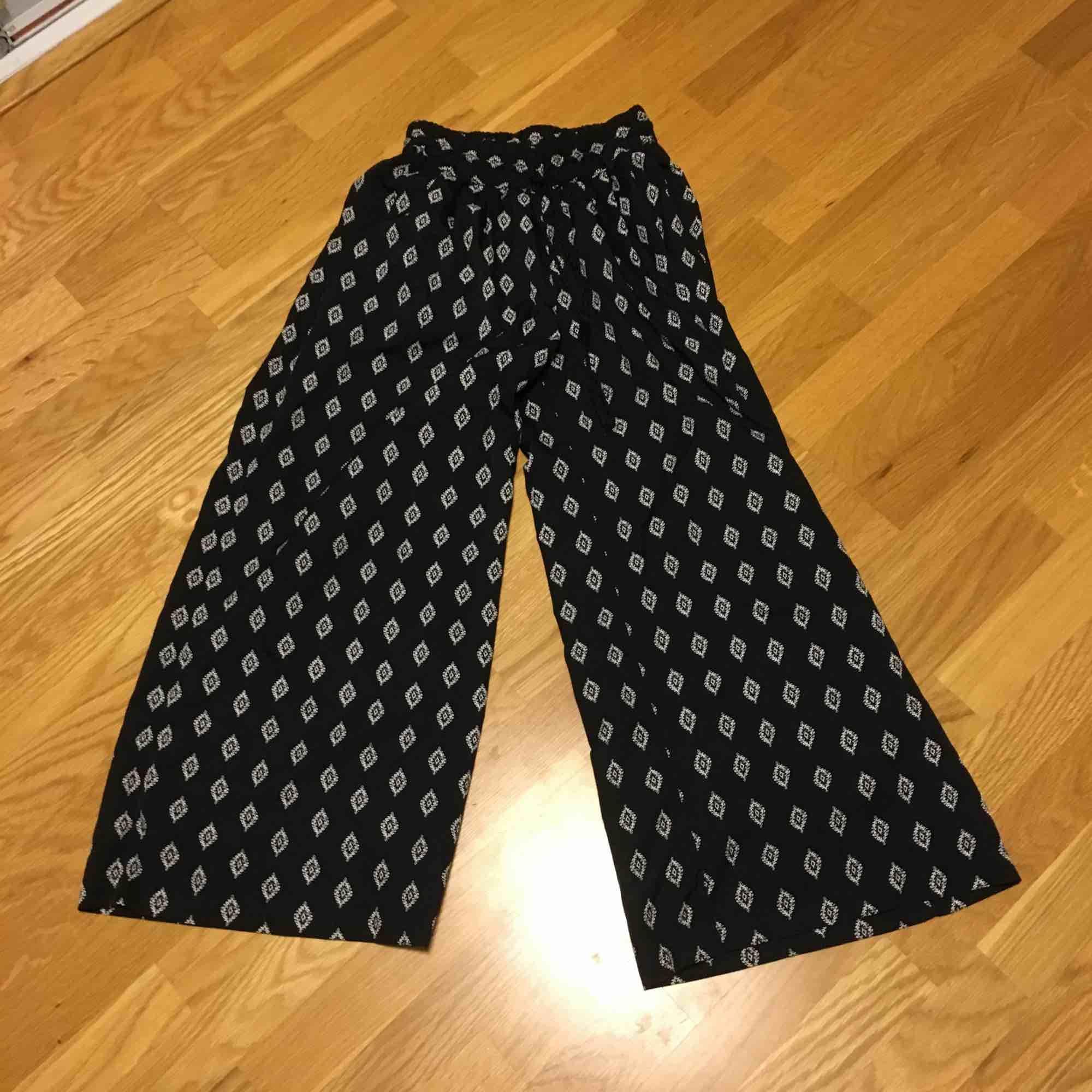 Najs vida byxor, köpta på Ullared lol för ca 200. Tunt silkigt material. Väl använda men bra skick.. Jeans & Byxor.