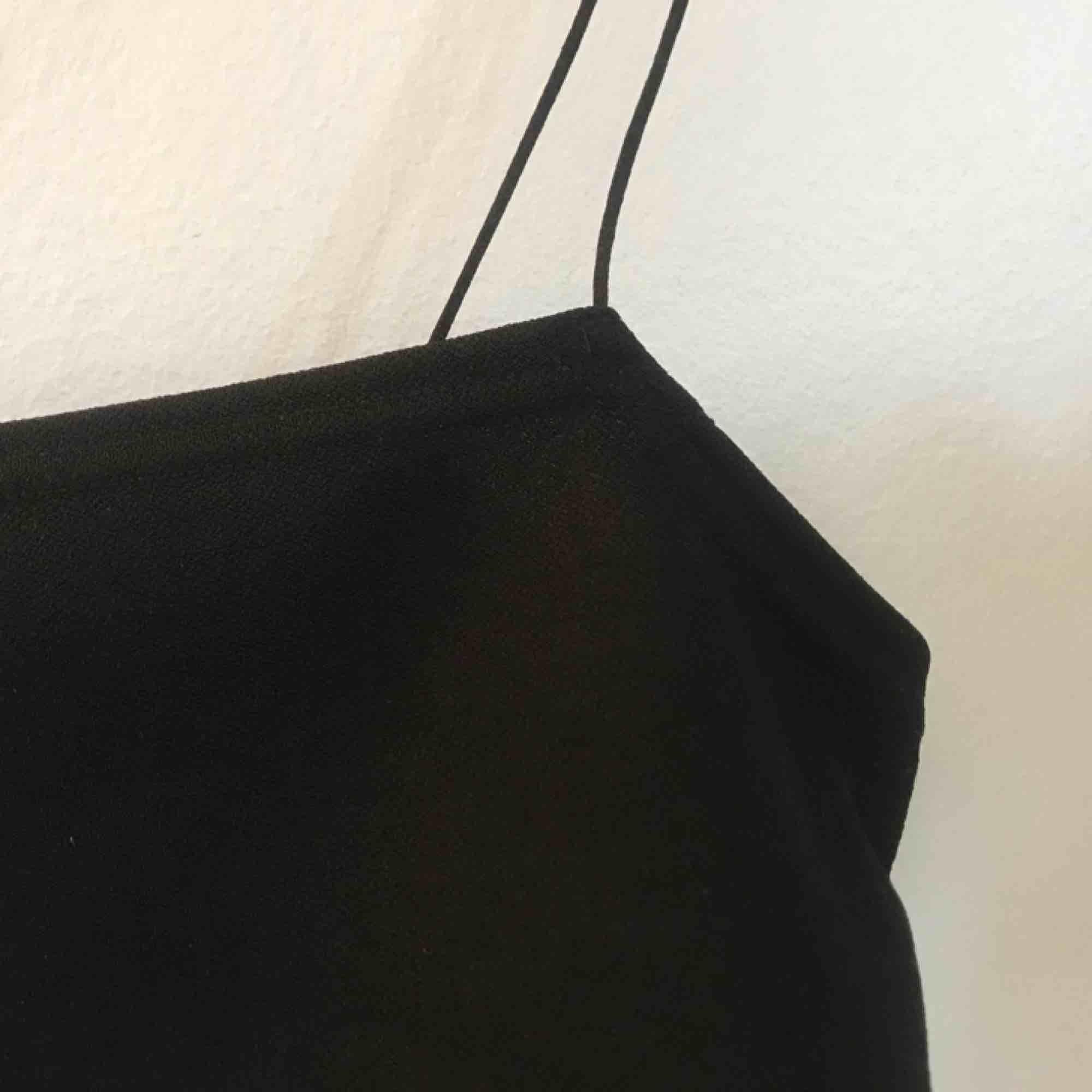 Ett helt nytt svinsnyggt linne som passar till allt. Oanvänt i storlek S passar även XS 🧡. Toppar.