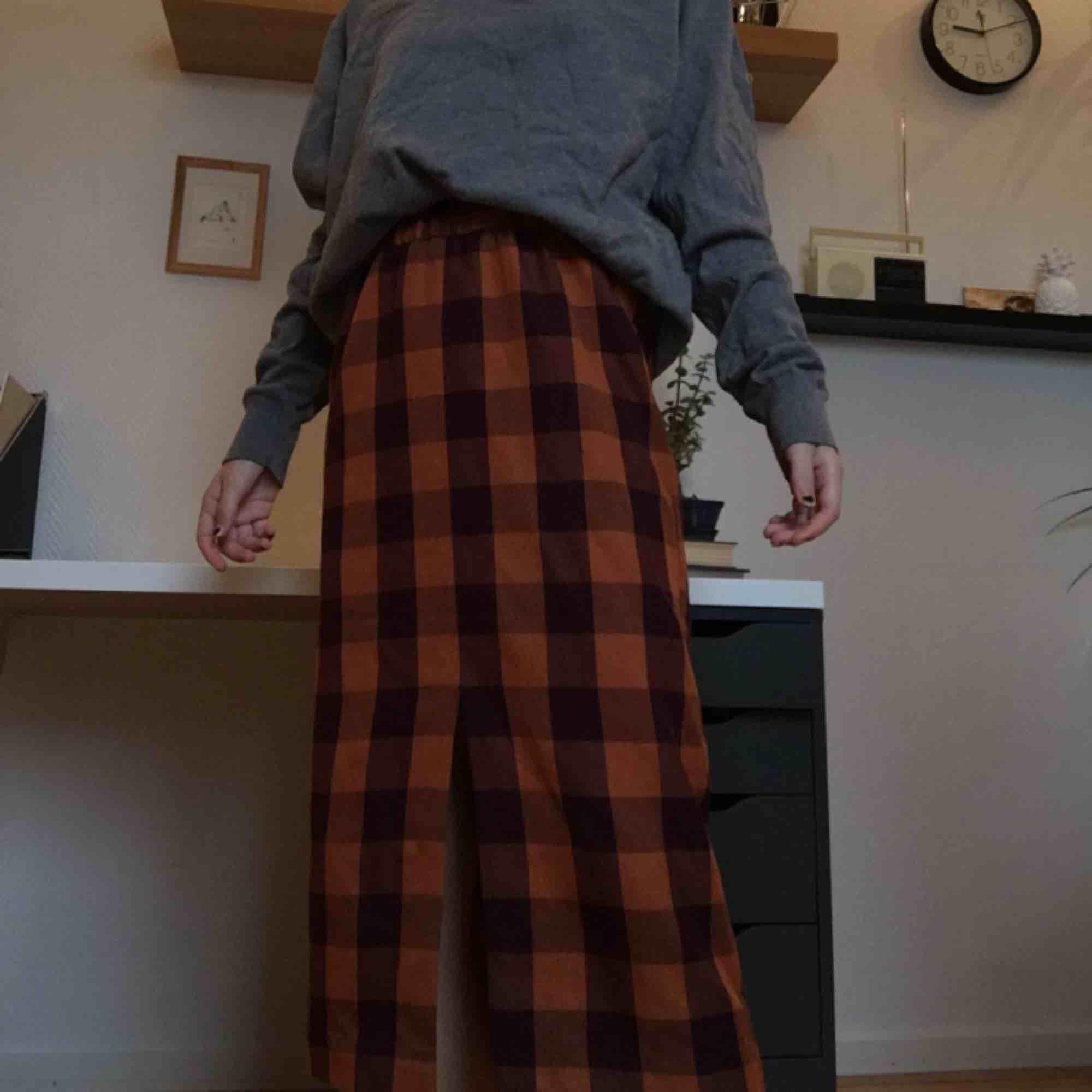 Rutig kjol från monki. Rungande bra skick, bara använd en gång. Orginalpris var 200 tror jag. . Kjolar.