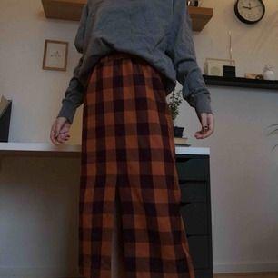 Rutig kjol från monki. Rungande bra skick, bara använd en gång. Orginalpris var 200 tror jag.