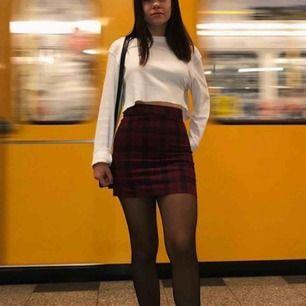 Säljer min absoluta favorit kjol som tyvärr har blivit för liten :( det är den perfekta rutiga kjolen som sitter helt perfekt. Köparen står för eventuell frakt💕
